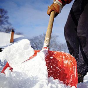 Homme pelle à neige