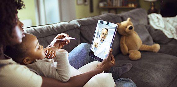 Femme et Enfant en Consultation Télémédecine