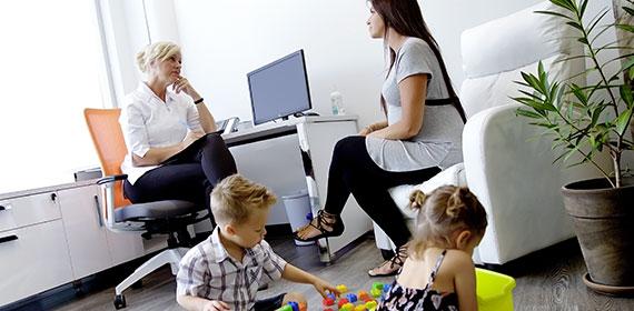 Femme avec Enfants et Psychologue