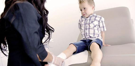 IPS avec un enfant avec bandage au pied